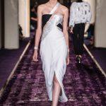 A nova malha ultra-fina da Swarovski usada num modelo Versace
